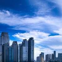 městské budovy pod modrou oblohou během dne