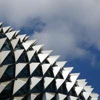šedá a černá kovová budova