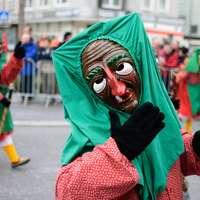 donna in hijab verde e abito rosso a maniche lunghe