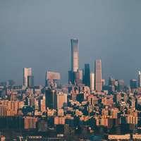 στον ορίζοντα της πόλης κάτω από γκρίζο ουρανό κατά τη διάρκεια της ημέρας