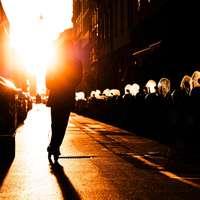 άτομα που περπατούν στο δρόμο κατά τη διάρκεια της νύχτας