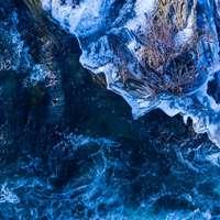 wit en blauw ijs op water