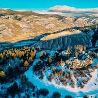 luchtfoto van met sneeuw bedekte bergen overdag