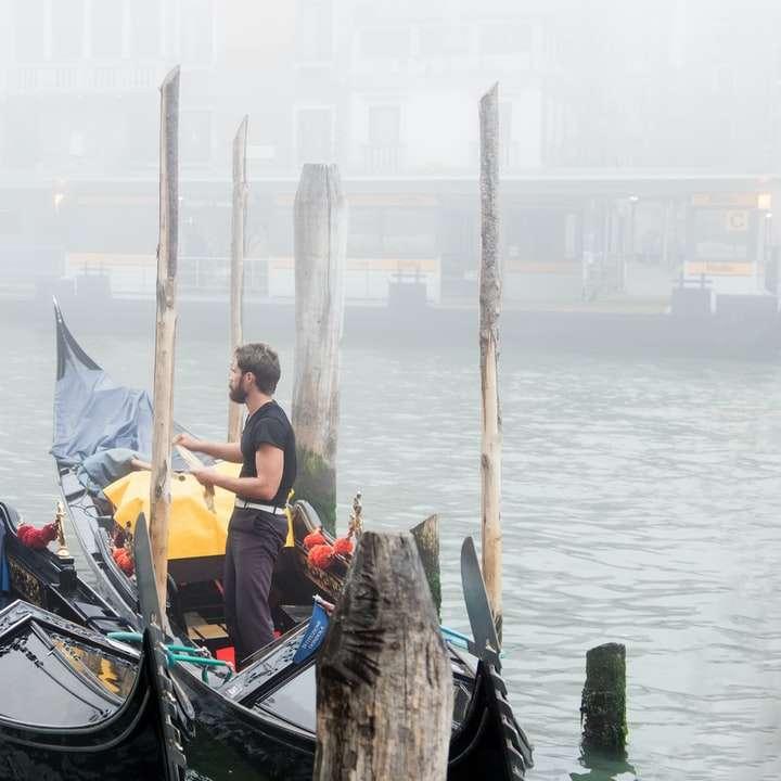 muž v černé a bílé lodi na vodě během dne - Benátští lidé a mlha (4×4)