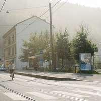 синьо-бял трамвай на пътя близо до сградата през деня