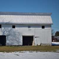 vitt och svart hus på vitt snöfält under dagtid