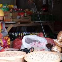 vrouw in gele hijab en rode en witte sari