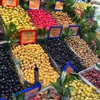 geassorteerde vruchten op blauwe plastic kist