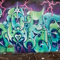 Graffiti púrpura y azul en la pared