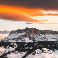 schneebedeckter Berg während des Sonnenuntergangs