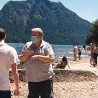 Mann im weißen Poloshirt, das neben Frau im weißen Hemd steht