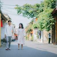 γυναίκα σε λευκό μακρυμάνικο φόρεμα στέκεται δίπλα σε γυναίκα