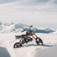 man rider motocross smuts cykel på snötäckt fält