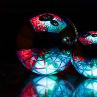bola de vidro vermelha e azul