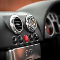 černý a stříbrný ovládací panel vozu