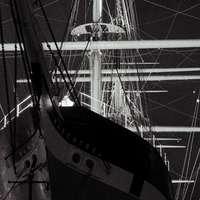 fekete-fehér hajó a tengeren napközben