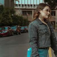 kobieta w niebieskiej kurtce dżinsowej i niebieskich dżinsach