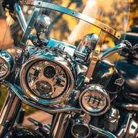 zilveren en gouden motorfietsmotor