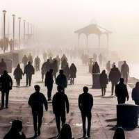 silhouet van mensen lopen op grijze betonnen stoep