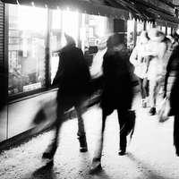 mensen die overdag op straat lopen
