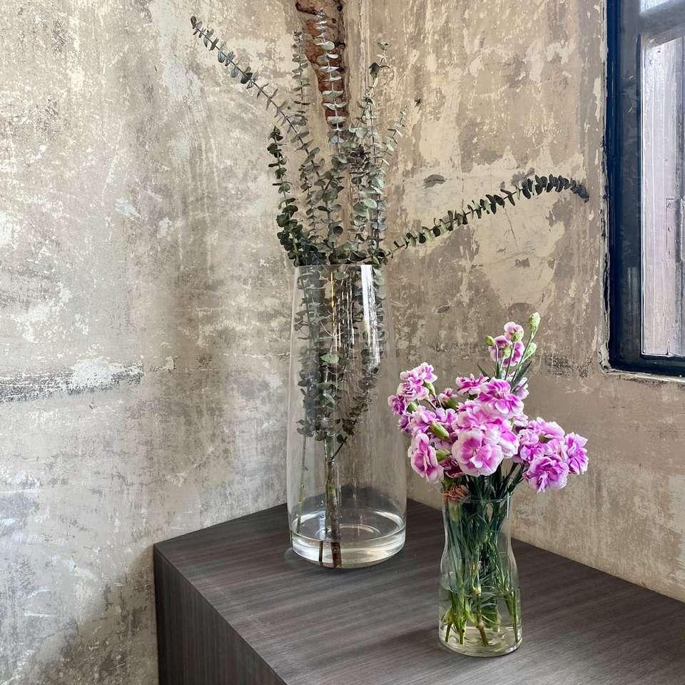 flori mov în vază de sticlă transparentă