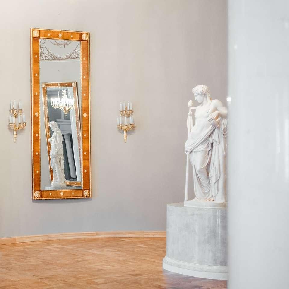 kobieta w białej sukni posąg