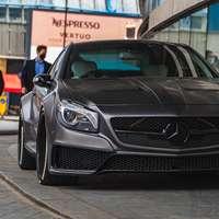 Black Mercedes Benz C Classe garée près de la construction