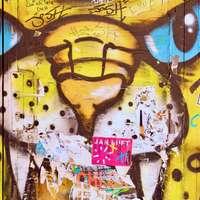 Mulher amarela e negra com pintura de coração
