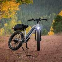 Bicicleta de montanha preta e branca na estrada de terra durante o dia